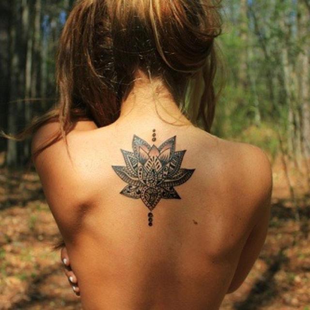tatuaje flor hippie
