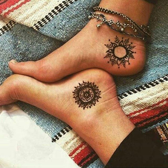 tatuaje hippie talones